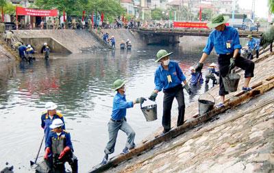 Thanh niên tình nguyện nạo vét sông kim ngưu, may loc nuoc nano