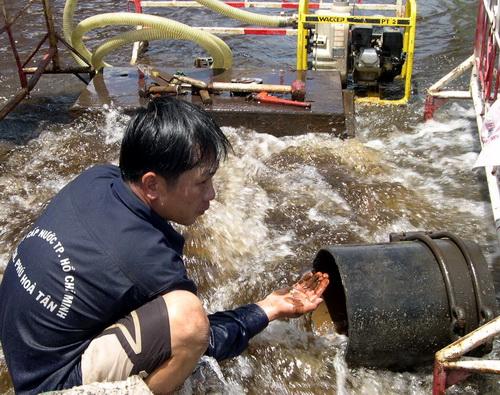 Súc xả nước trên đường Hoàng Văn Thụ