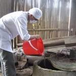 Thầy thuốc giúp dân khử khuẩn nước sau khi lũ rút.