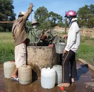 Thau rửa sạch nước trong giếng.