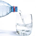 Thường xuyên uống nước suối có tốt không