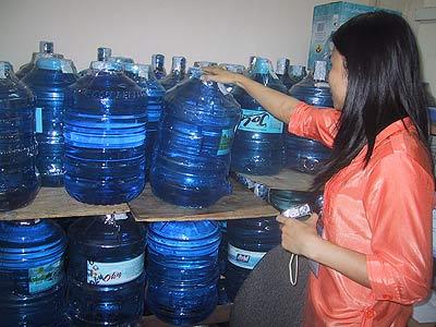 Uống nước đóng bình có thực sự tốt
