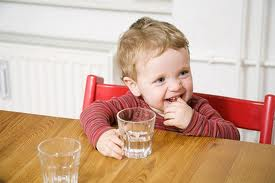 Có nên uống nước tinh khiết thường xuyên
