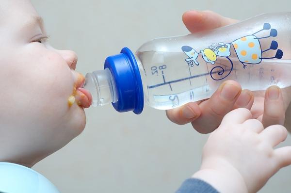 Trẻ có thể bị ngộ độc do mẹ cho uống nước quá nhiều