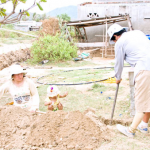 Người dân góp sức thi công lắp đặt, đem nước về từng hộ gia đình.