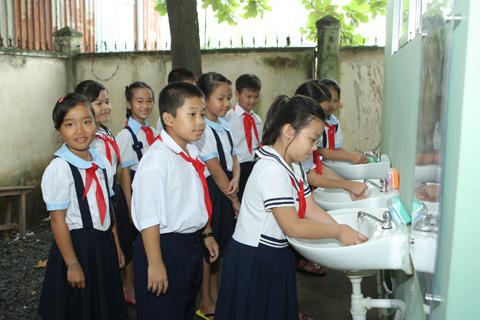 Hàng nghìn em học sinh vui mừng được dùng nước sạch và hệ thống vệ sinh mới khi đến trường nhập học.
