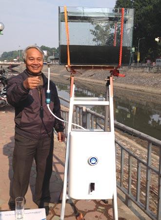 Tiến sĩ Trần Hồng Côn lọc nước sông Tô Lịch thành nước uống.